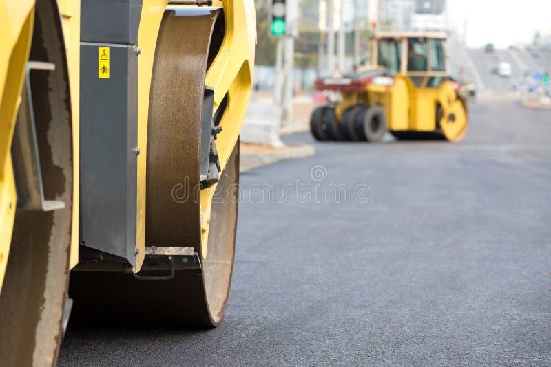 变紧密新鲜的沥青的压路机 图库摄影