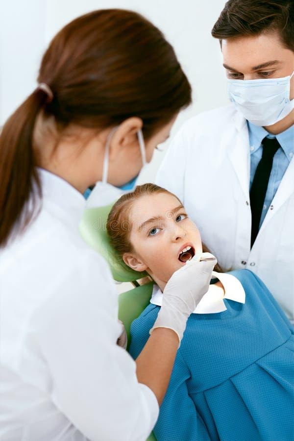 口头医疗保健 牙医医治Making Examination Procedure 库存照片
