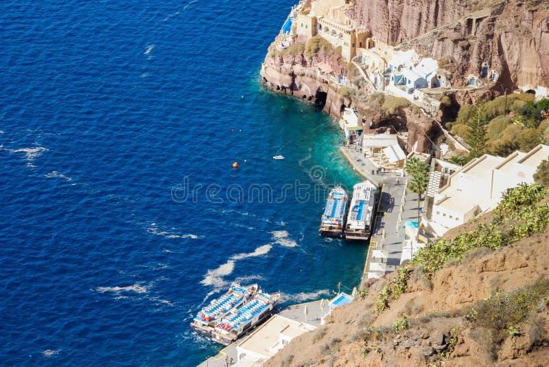 口岸在圣托里尼海岛上的Fira镇  在岩石和爱琴海中的游艇 库存图片