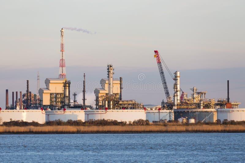 口岸精炼厂油箱在晚上阳光下 免版税库存照片