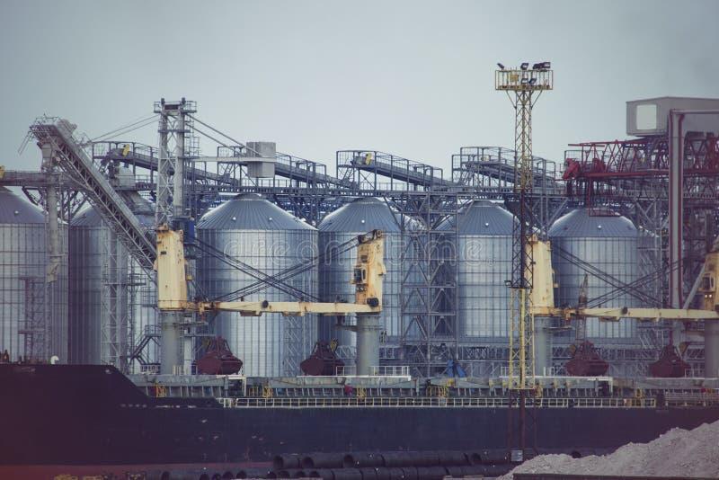 口岸谷物仓库 工业海贸易港散货区域五谷终端 库存图片