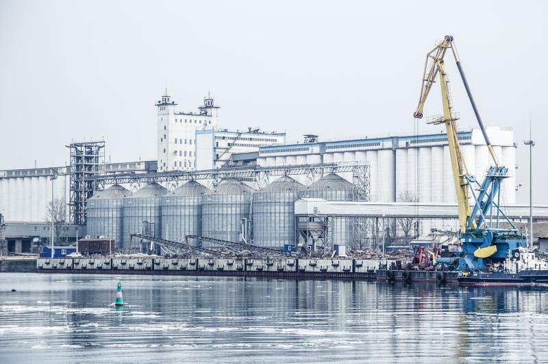 口岸谷物仓库 顿河和口岸 设备行业最新的石油精炼区域 俄罗斯,顿河畔罗斯托夫 免版税库存图片