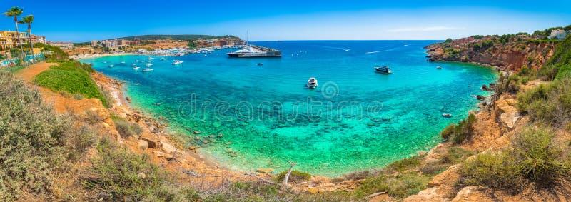 口岸阿德里亚诺小游艇船坞港口和海滩Platja在马略卡海岛海岸的ES托罗全景视图  免版税库存图片