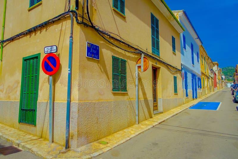 口岸D安德拉特斯,西班牙- 2017年8月18日:情报在拜雷阿尔斯的马略卡签到街道,旧港口D安德拉特斯镇 免版税图库摄影