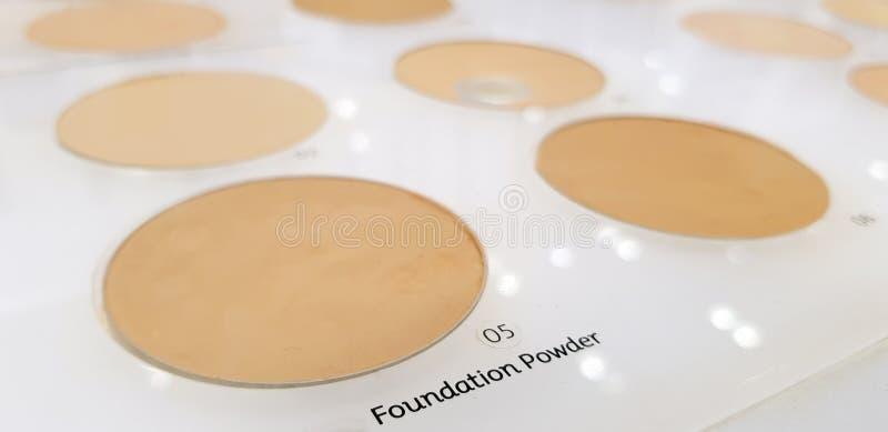 口红和眼影膏棕色口气行测试器的在一家化妆商店,美容院 库存照片