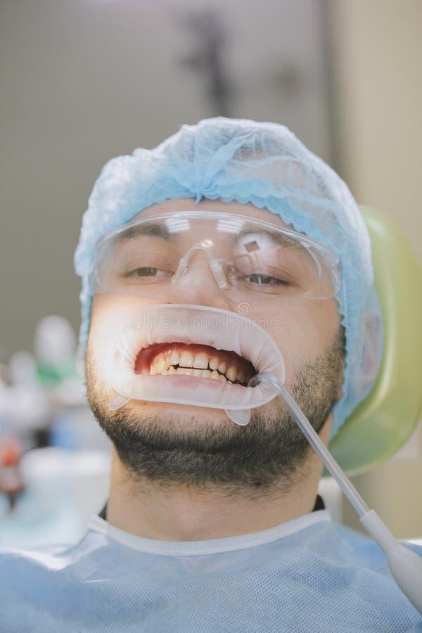 口腔医学-牙医` s椅子的男性患者 免版税图库摄影