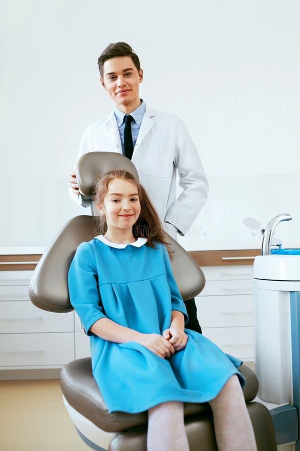 口腔医学 牙科医生和患者在牙医办公室 免版税库存照片