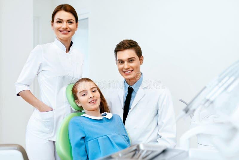 口腔医学 牙科医生和患者在牙医办公室 库存图片