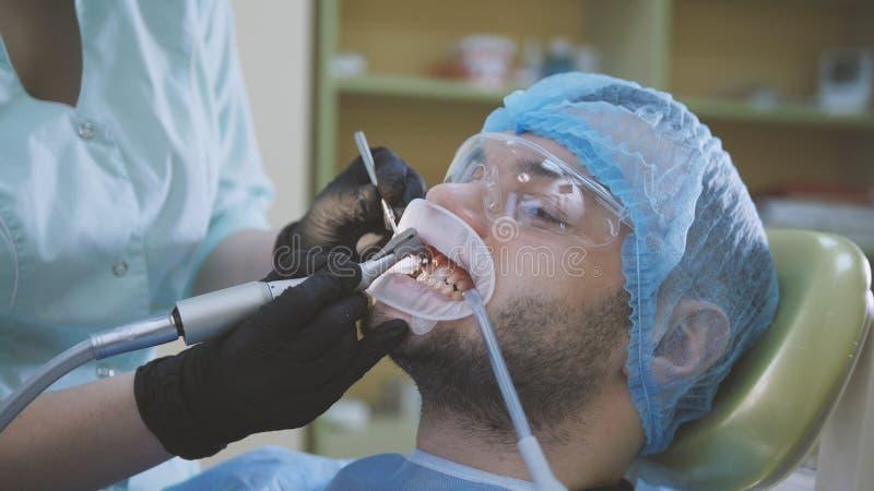 口腔医学- dentidtry诊所的男性患者 免版税库存图片