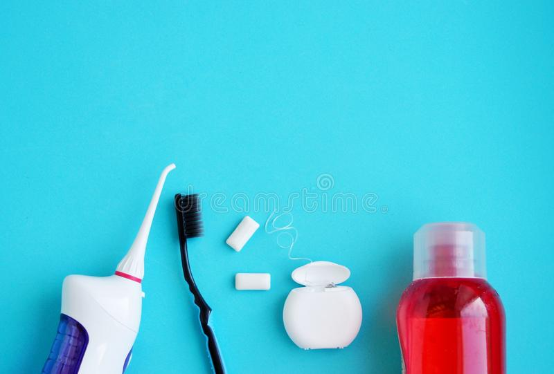 口腔卫生,使用牙齿工具的牙齿卫生学,牙线,irrigator,刷子,泡泡糖 免版税库存照片