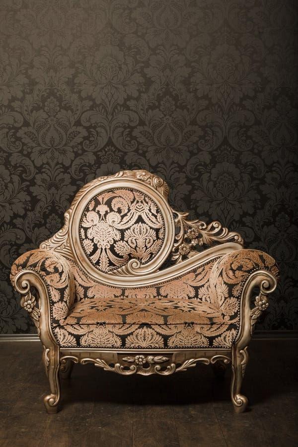 口音椅子金葡萄酒墙壁 免版税图库摄影