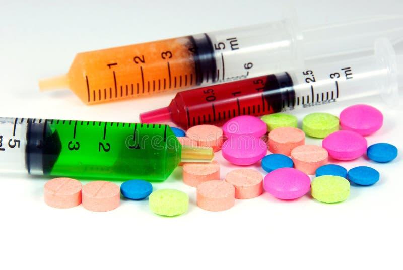 口头医学、在白色b隔绝的药片和液体 图库摄影