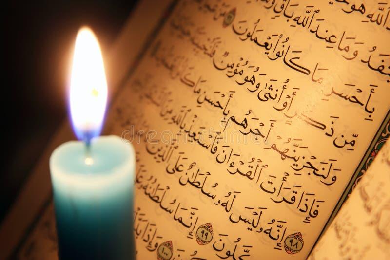 古兰经或古兰经圣经与蜡烛在烛光 库存照片