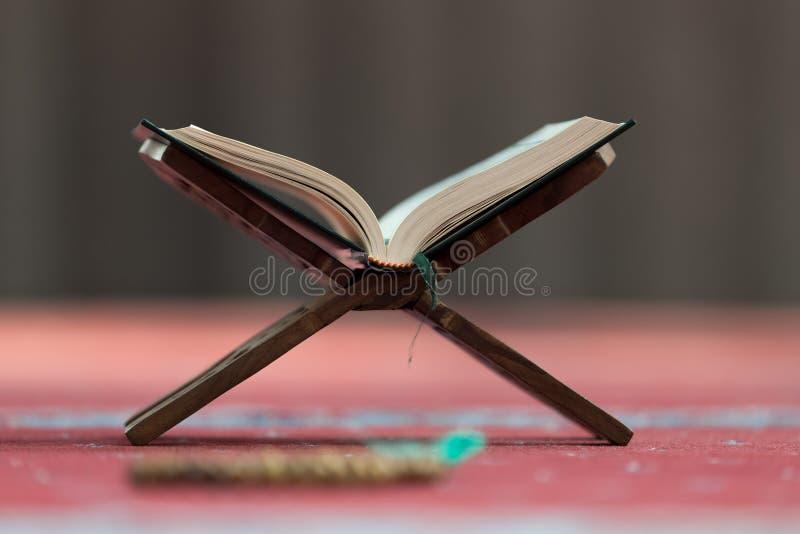 古兰经-穆斯林圣经,在清真寺 图库摄影
