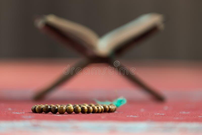 古兰经-穆斯林圣经,在清真寺 免版税库存照片