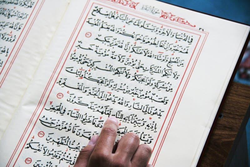 读古兰经 免版税库存图片