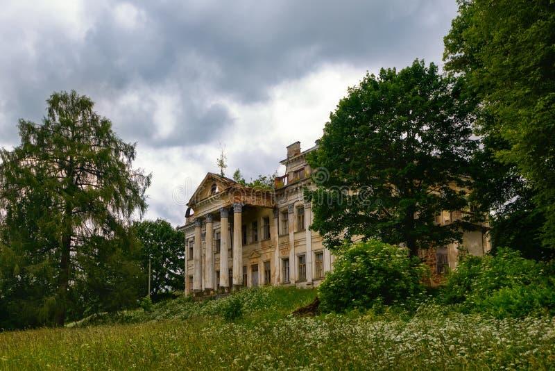 古典宫殿被放弃的废墟  免版税库存图片