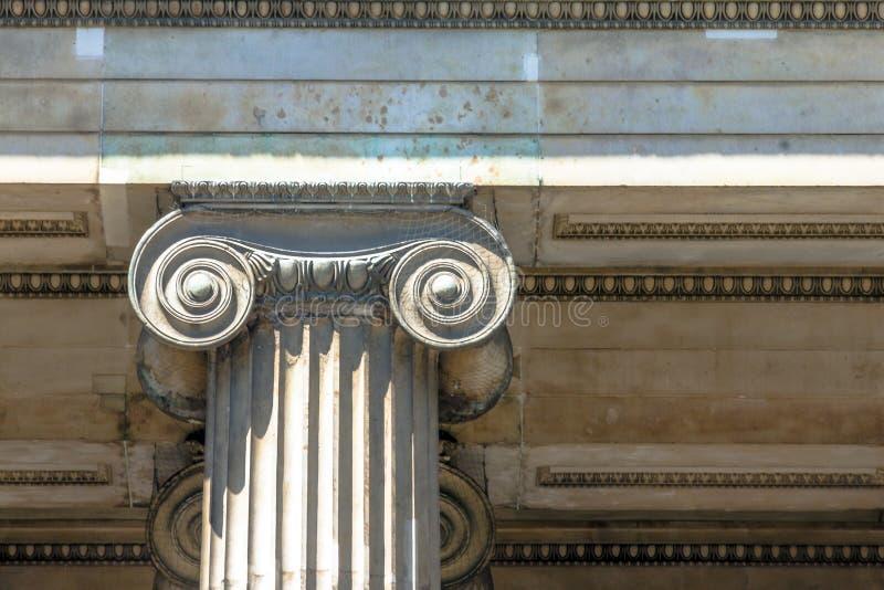 古典希腊语或罗马离子专栏在大英博物馆中 伦敦 免版税库存照片