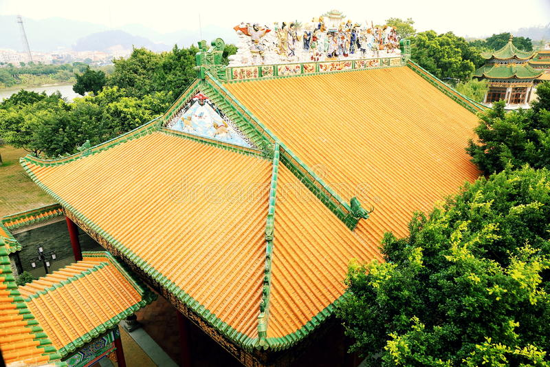 古典房子繁体中文屋顶有黄色的在宫殿给瓦片上釉 库存图片