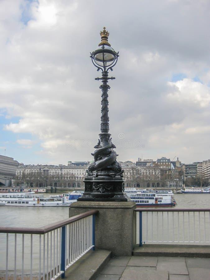 古典泰晤士河的路灯柱详述的和银行 免版税库存图片