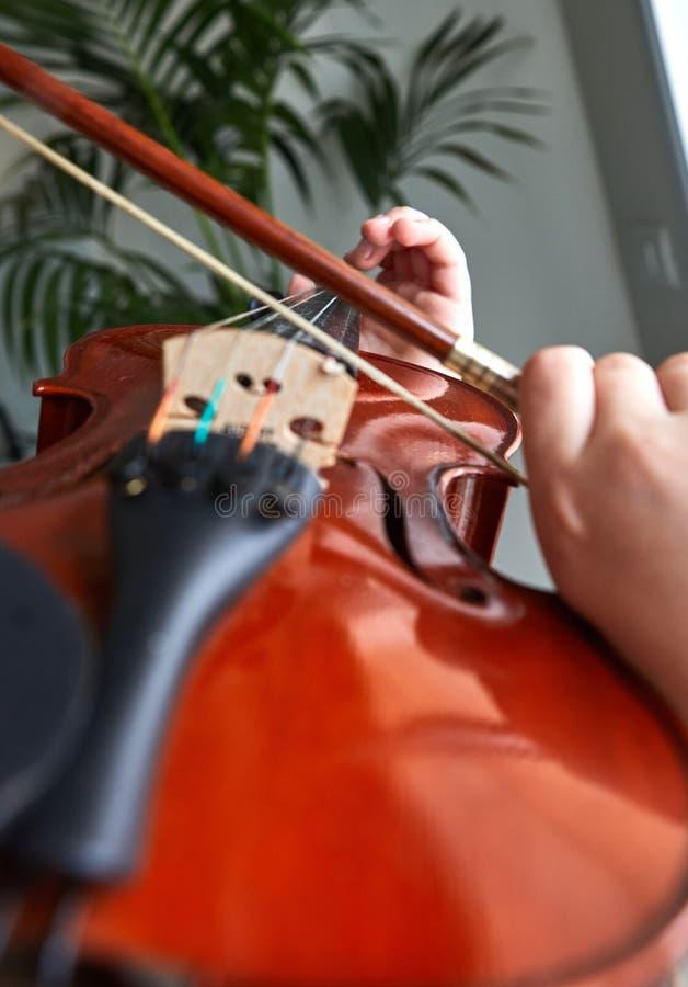 古典球员手 细节小提琴使用 免版税库存照片