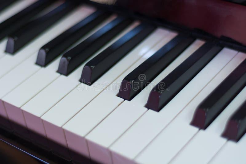 古典琴键黑色和与,音乐钥匙和仪器 免版税库存照片