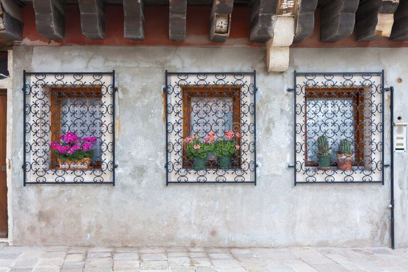 Download 古典窗口和墙壁 库存图片. 图片 包括有 有历史, 棚车, 旅行, 传统, 房子, 室外, 地中海, 古典 - 59110145