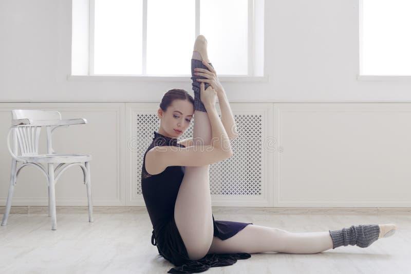 古典跳芭蕾舞者做舒展在类 库存图片