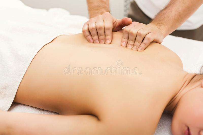 古典身体按摩在生理治疗师办公室 免版税库存照片