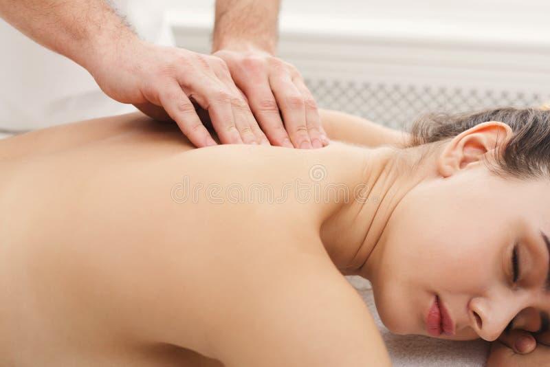 古典身体按摩在生理治疗师办公室 图库摄影