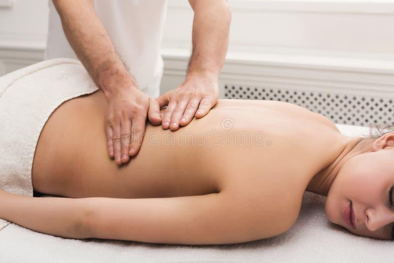 古典身体按摩在生理治疗师办公室 库存图片