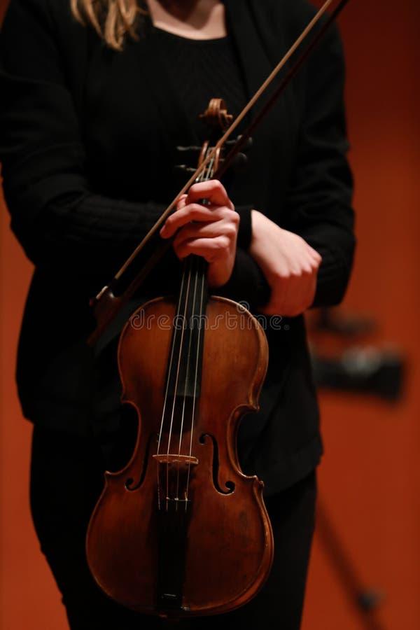 古典音乐 有一把小提琴的妇女在他的手上为感谢 库存照片