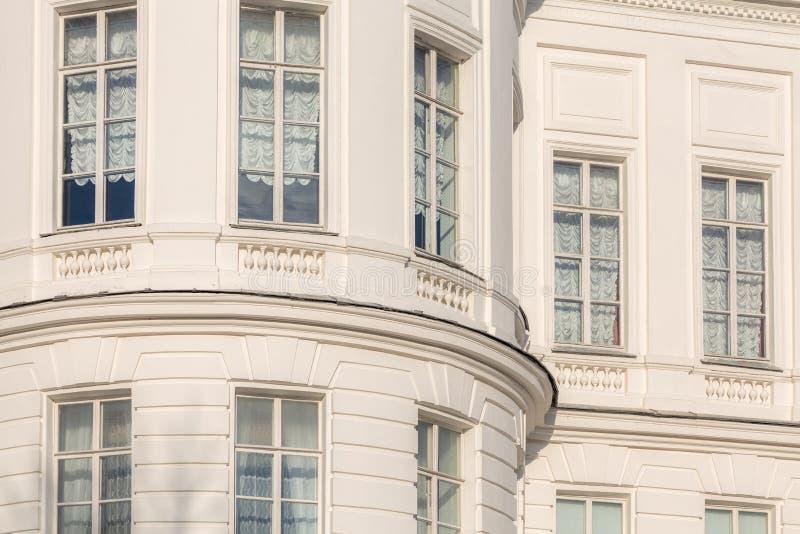 古典主义样式白色房子片段 免版税库存照片