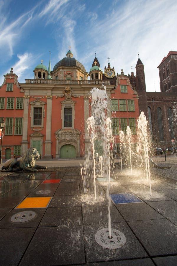 古典建筑和喷泉在格但斯克老镇  免版税库存照片