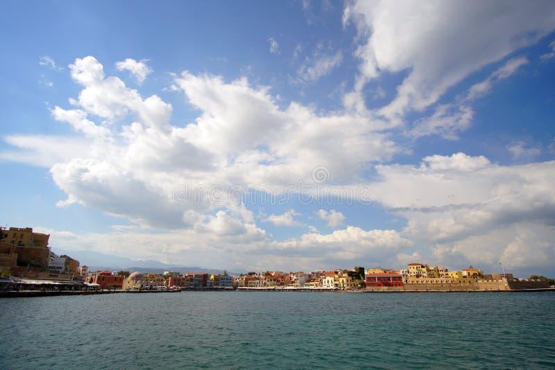 古城中心的干尼亚州,希腊10月01日2018全景从内地海的口岸的 免版税库存图片