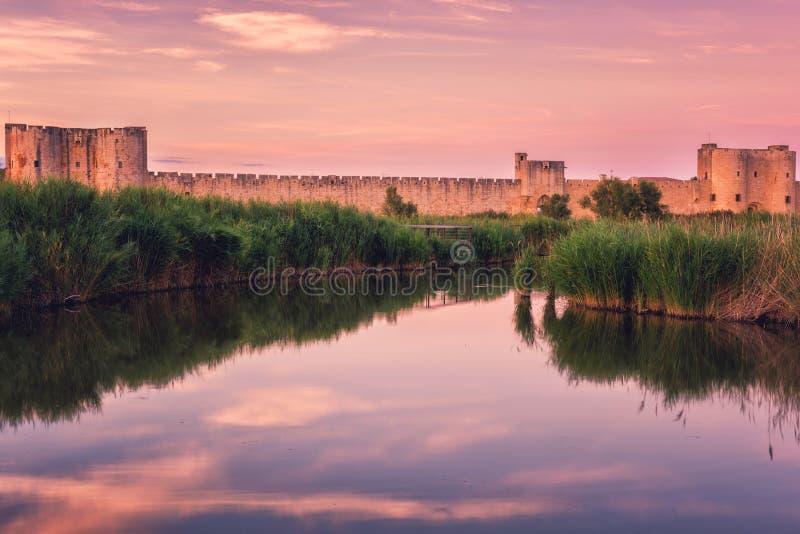 古城墙壁艾格莫尔特,著名中世纪堡垒的风景日落视图在南法国 免版税库存照片