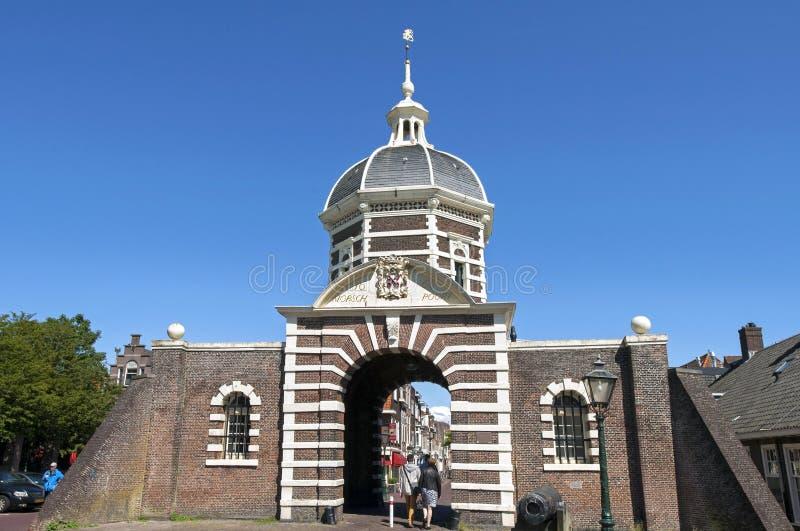 古城的游人在莱顿给Morspoort装门 库存图片