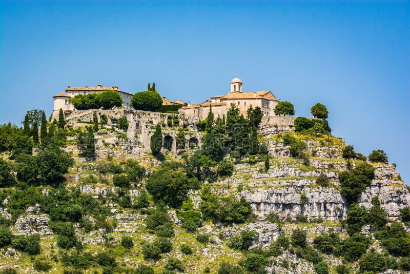 古尔东,法国- 2018年6月20日 在小山顶部的村庄古尔东在南法国 库存图片