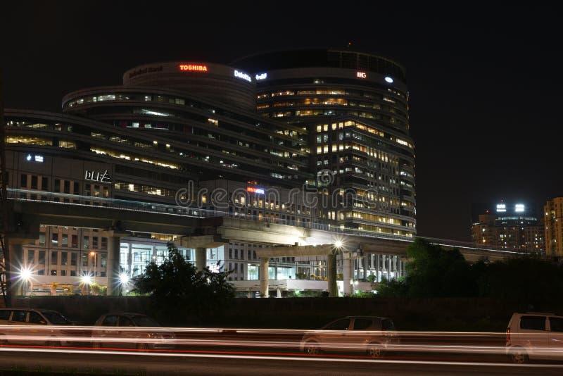 古尔冈,印度:2015年8月15日, :在夜小时,著名DLF办公全套设备在古尔冈 免版税库存照片
