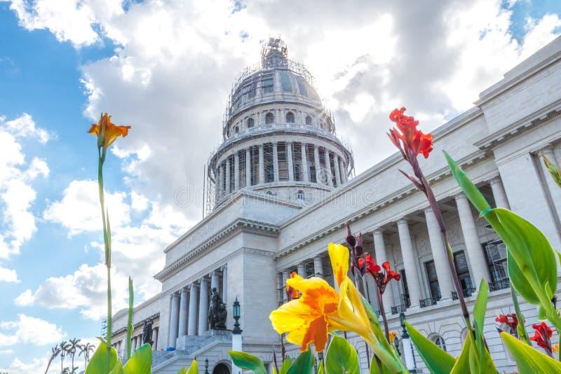 古巴国会大厦sideshot,美丽的蓝色和多云天空 花我 免版税库存图片
