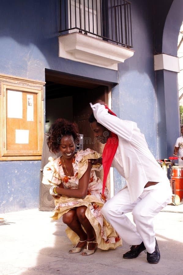 古巴舞蹈家移动向狂热古巴仑巴舞节奏 免版税库存图片