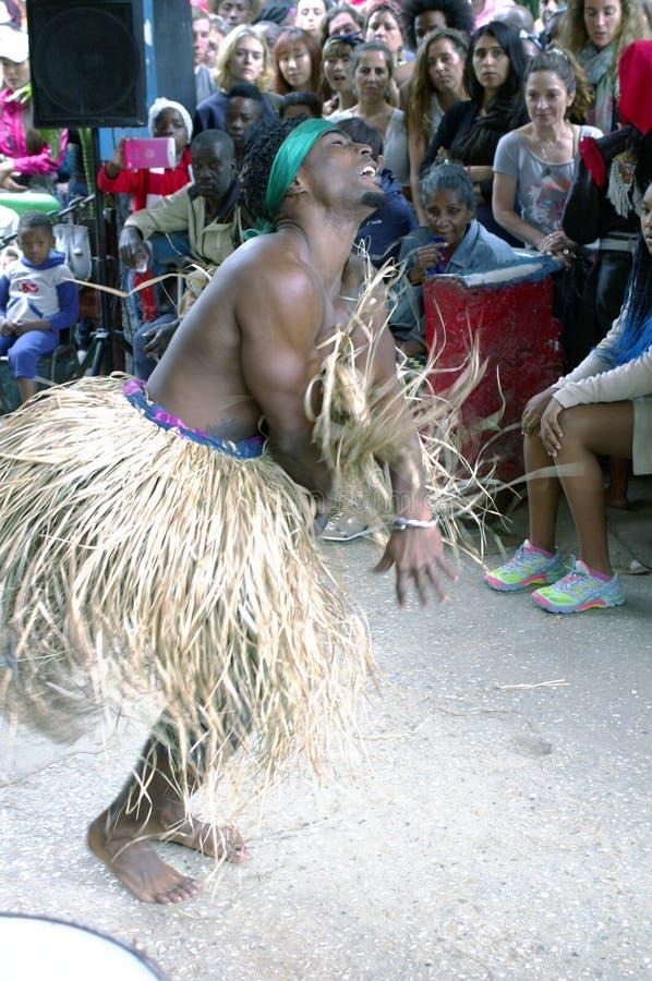 古巴舞蹈家移动向狂热古巴仑巴舞节奏 免版税库存照片