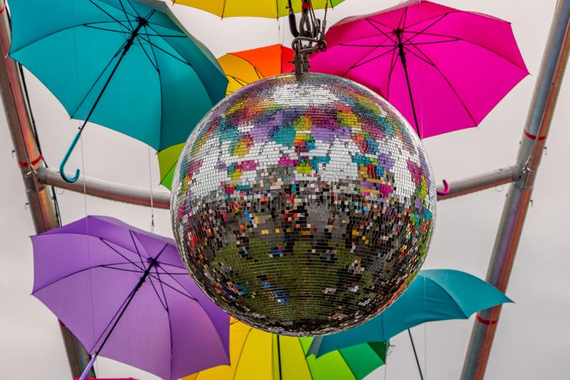 古巴街与伞的镜子球街道节日的 免版税图库摄影