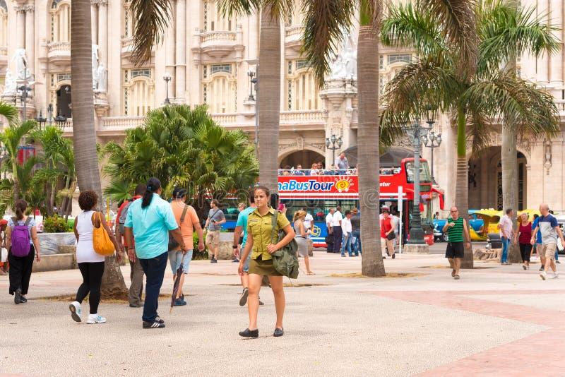 古巴,哈瓦那- 2017年5月5日:在哈瓦那街道上的人们 复制文本的空间 库存照片