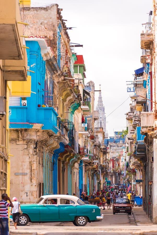 古巴,哈瓦那- 2017年5月5日:老哈瓦那,古巴街道的看法  复制空间 垂直 库存图片