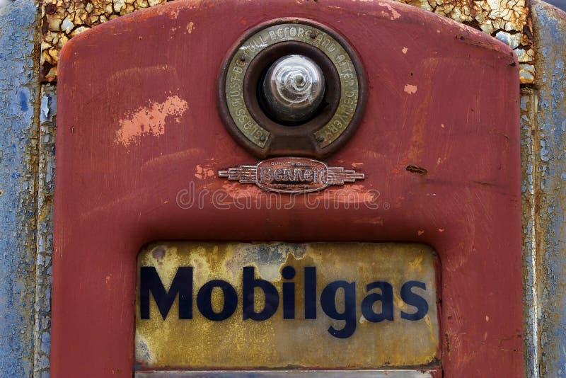 古巴,密苏里,美国-大约2016年6月-在路线66的老生锈的葡萄酒MOBIL气泵在马车车轮汽车旅馆 免版税库存图片