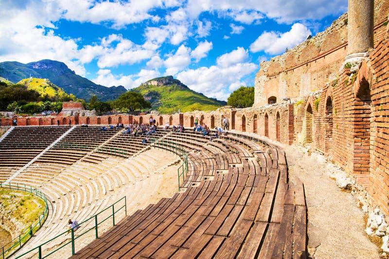 古希腊剧院全景在陶尔米纳,西西里岛海岛,意大利 免版税库存图片