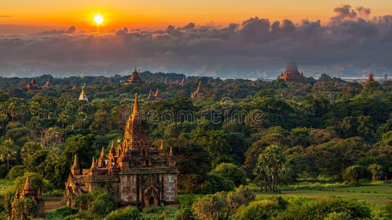古庙在日落以后的蒲甘,缅甸寺庙在蒲甘考古学区域,缅甸 库存图片