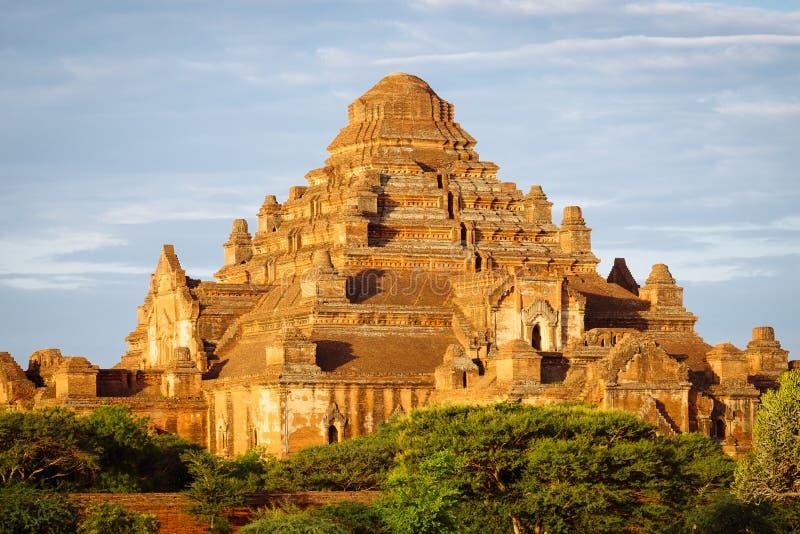 古庙Dhammayangyi风景日落视图在Bagan 库存照片