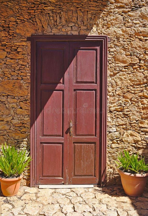 古建筑的老门前放着鲜花 库存照片